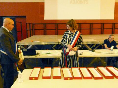 C'est Anne Gérin, 1ère adjointe, qui remet son écharpe de Maire à Luc Rémond