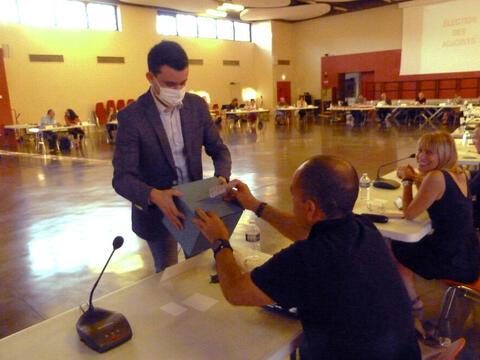 Le benjamin de l'assemblée, Lucas Lacoste recueille les buleltins de vote